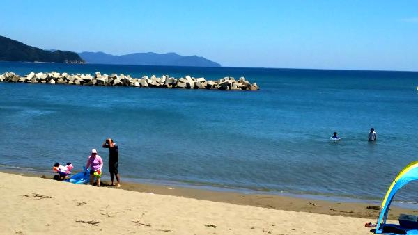 京都丹後由良海水浴場は、赤ちゃん・子供連れで楽しめるきれいな海。貸切温泉風呂も。