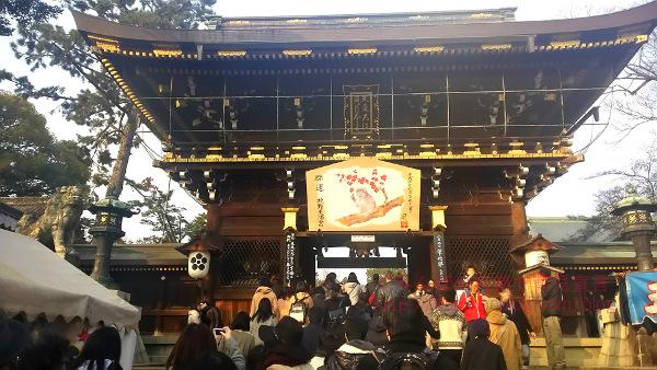 屋台多数!京都北野天満宮の初詣の狙い目は夕方。駐車場まで混雑していて待ち時間長すぎ!