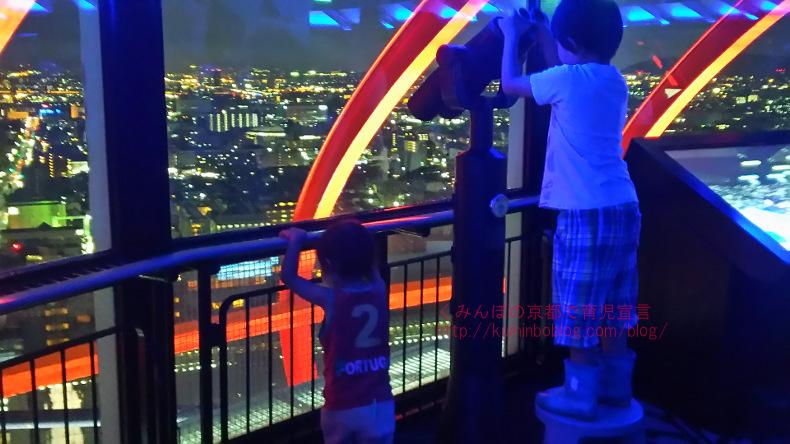 京都タワーの夜景が意外にも綺麗/料金・割引クーポン・駐車場サービス・お土産・高さなどをレポ。